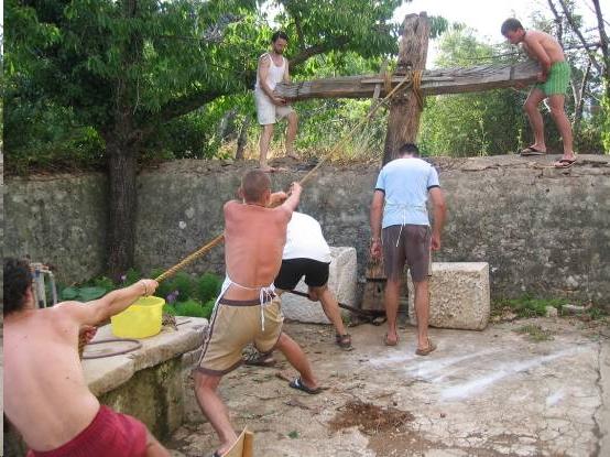 Žman-dizanje križa ispred župne kuće
